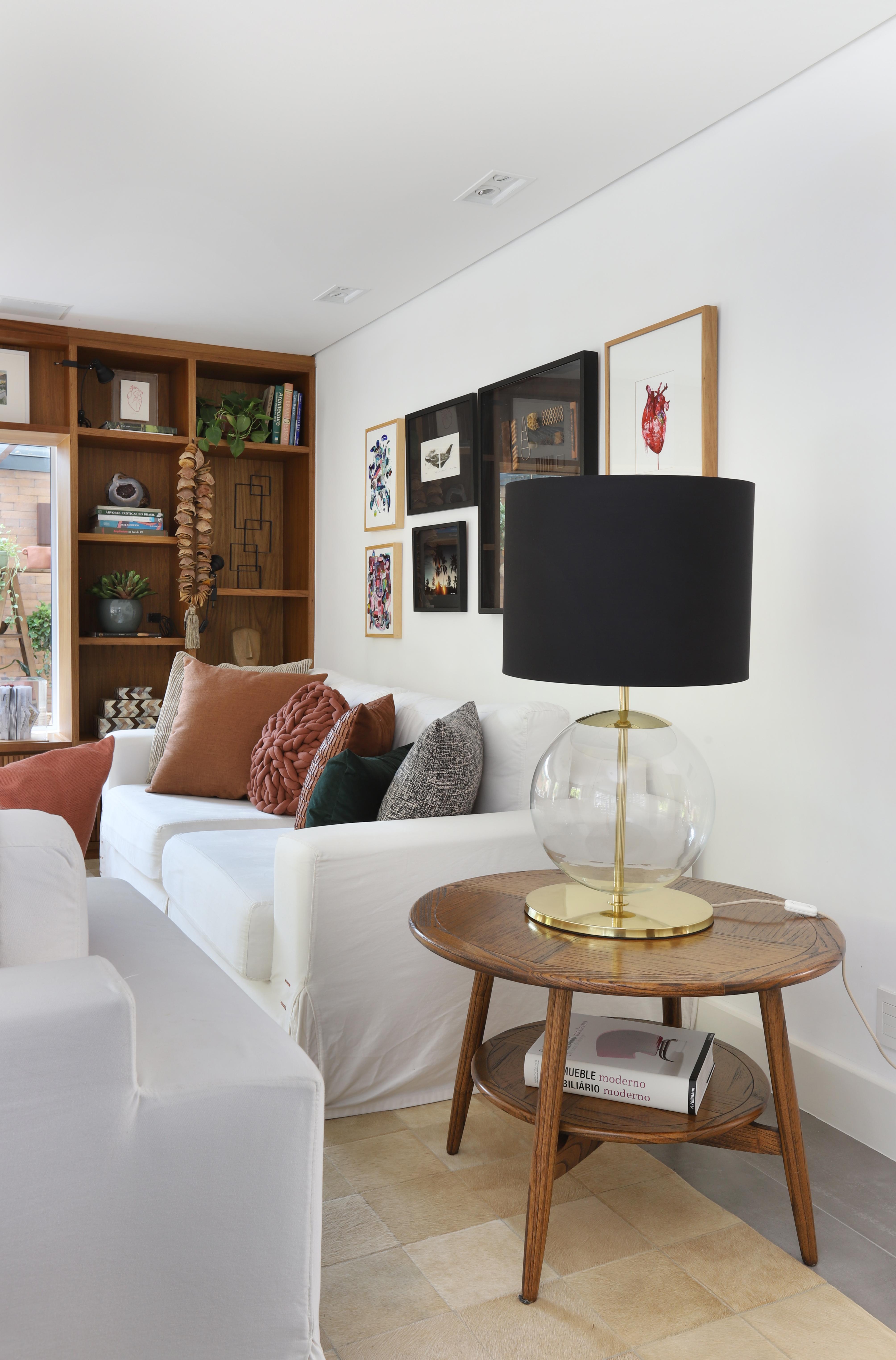 Sala com mesa lateral e abajur