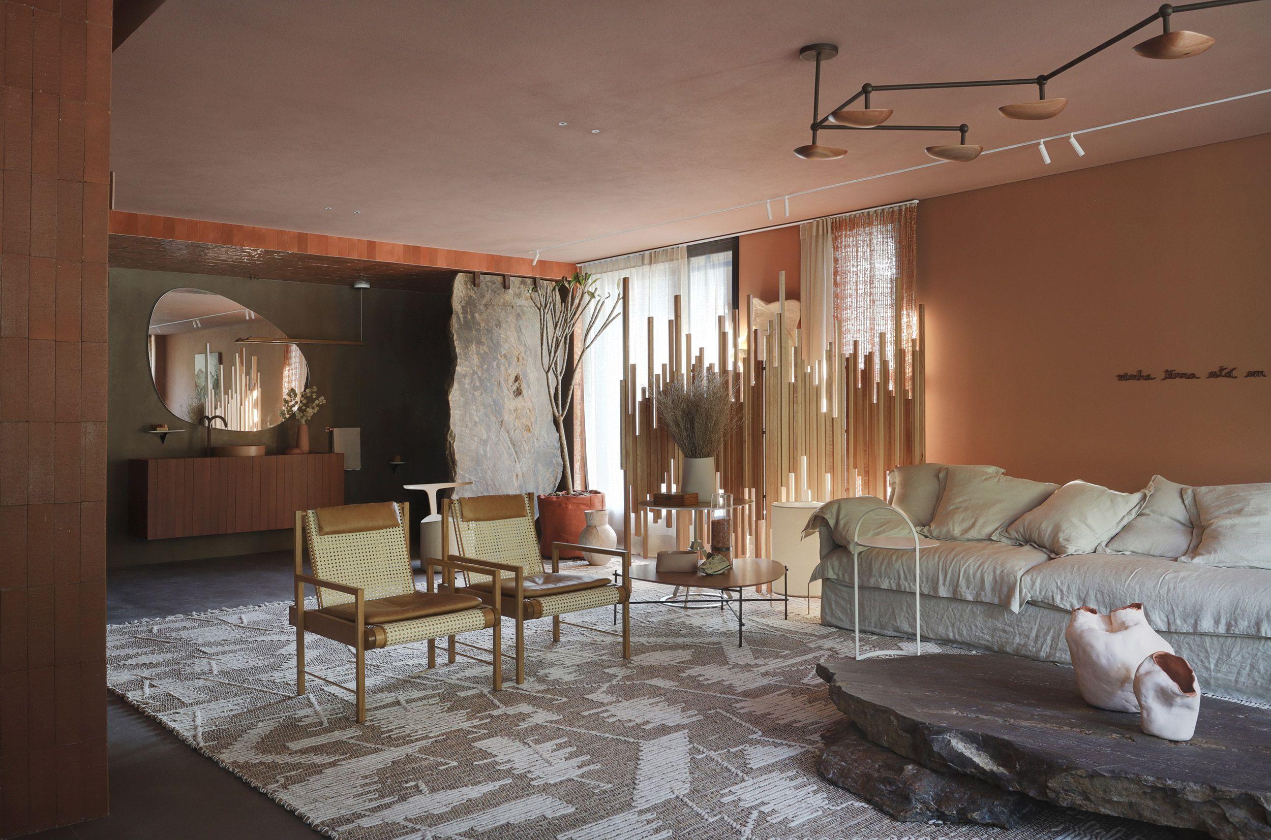 Sala decorada com tons terrosos