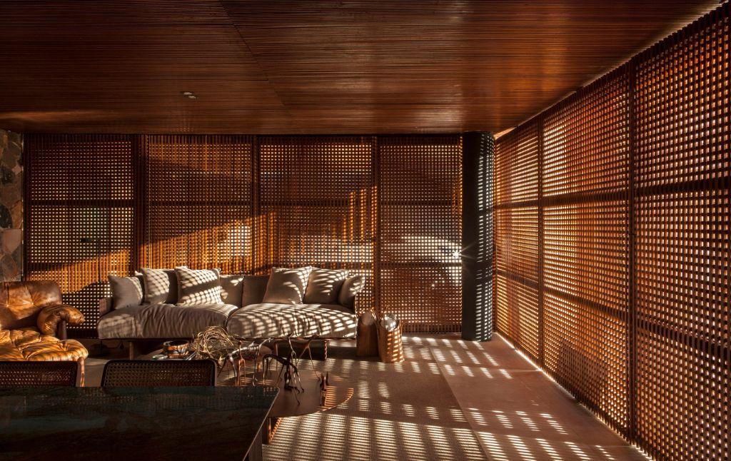 Ambiente com muxarabis de madeira