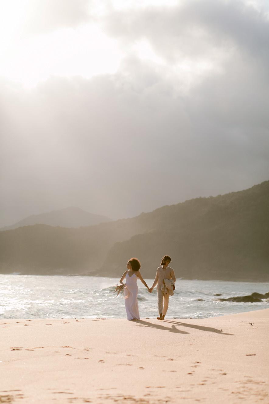 noivos em cenário de casamento minimalista