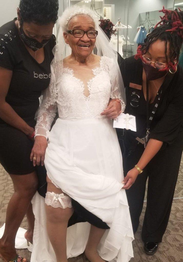 Uma idosa de 94 anos vestida de noiva.