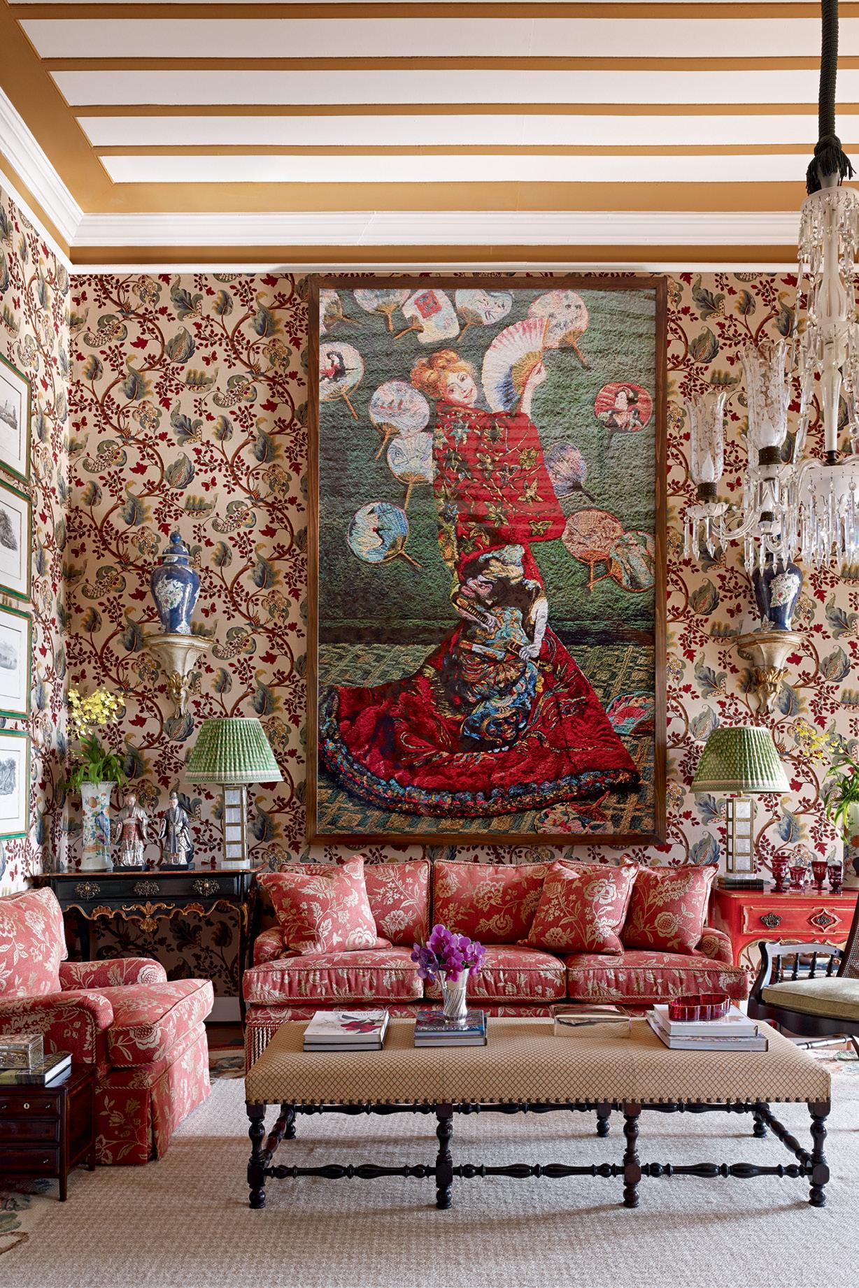 Sala com muitos itens antigos misturados a estampas e objetos modernos
