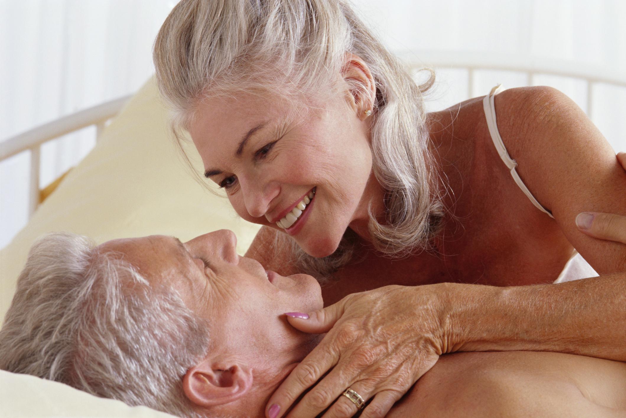 casal de homem e mulher na cama antes de se beijar