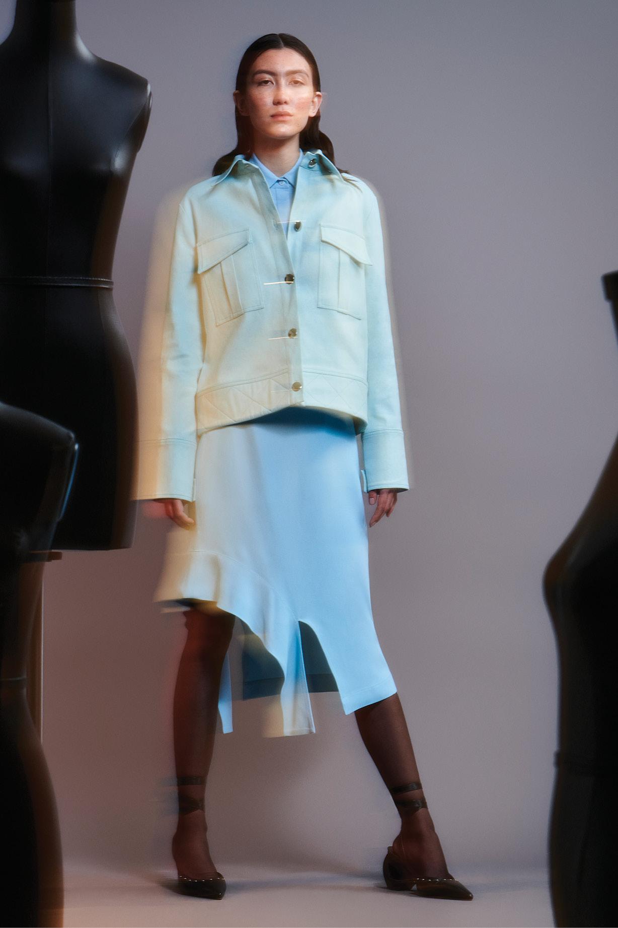 Jaqueta, camisa, saia e sapatos, Modem; meias, Calzedonia.