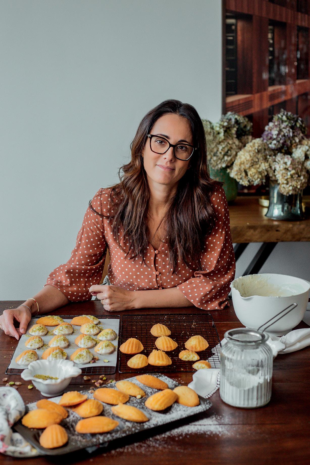Vanessa Trefois sentada na mesa em frente às madeleines