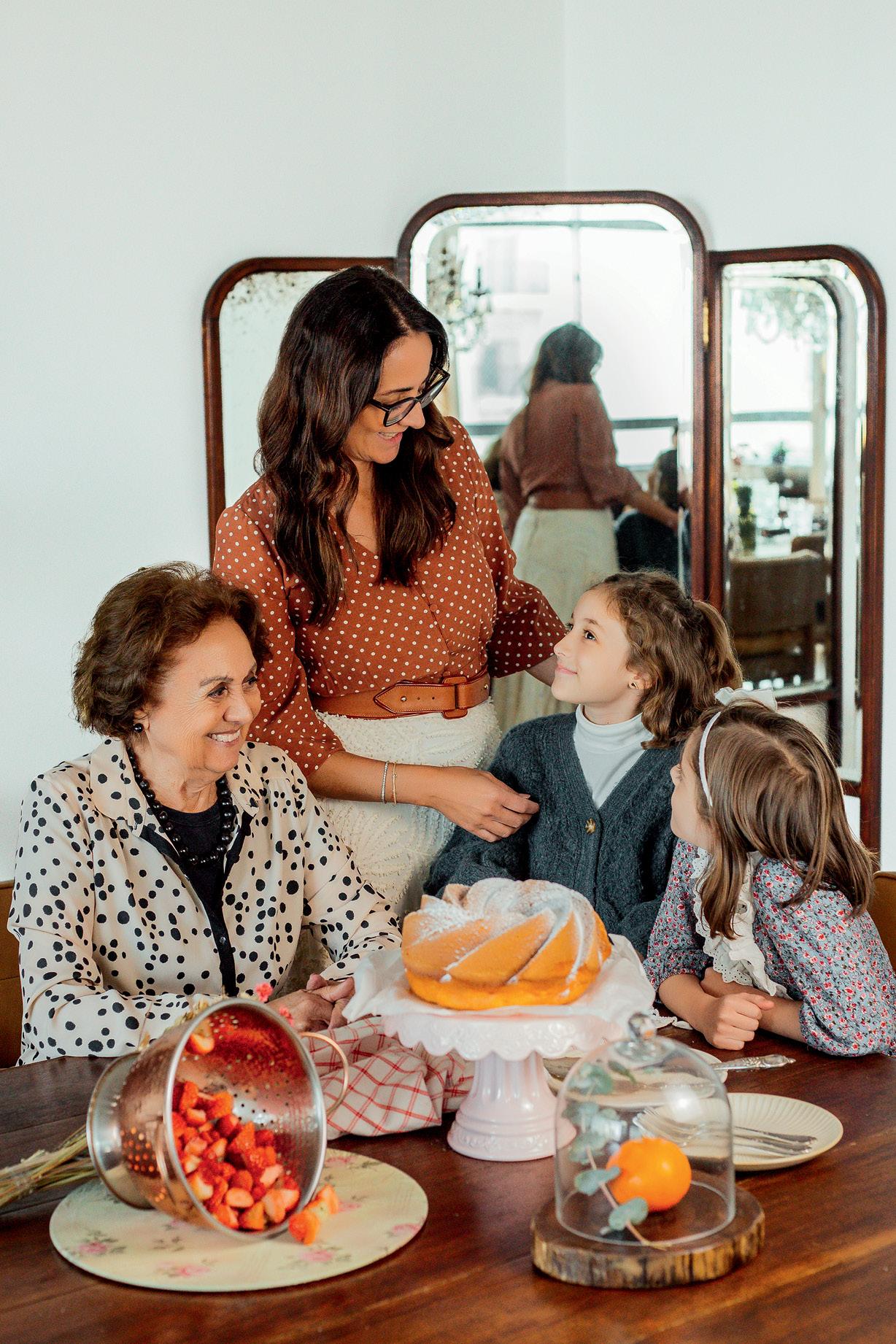 Vanessa Trefois com a mãe e as duas filhas na mesa com um bolo