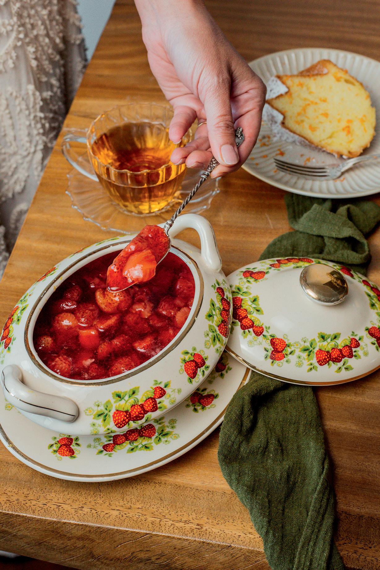 vasilha de louça com calda de morango