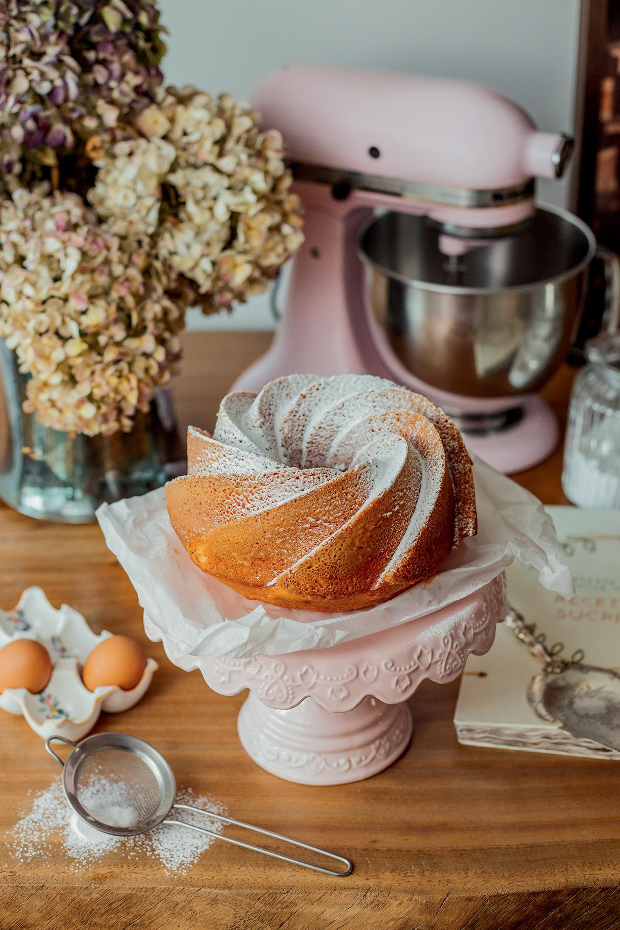 bolo de tangerina sobre boleira na mesa