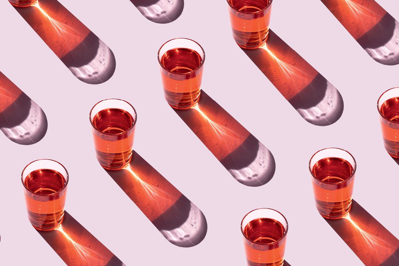copos de bebida vermelha