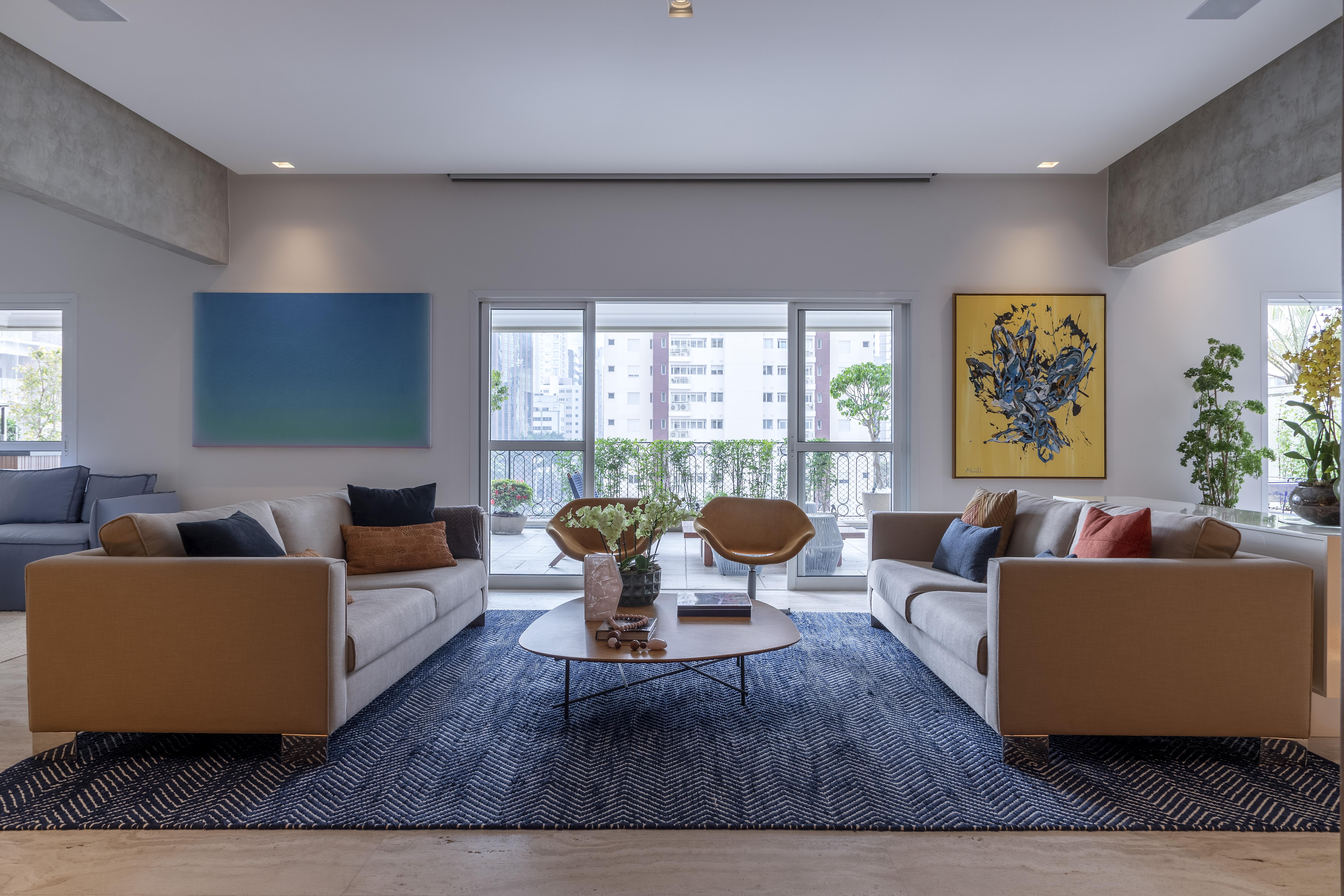 Sala de estar integrada com tapete azul