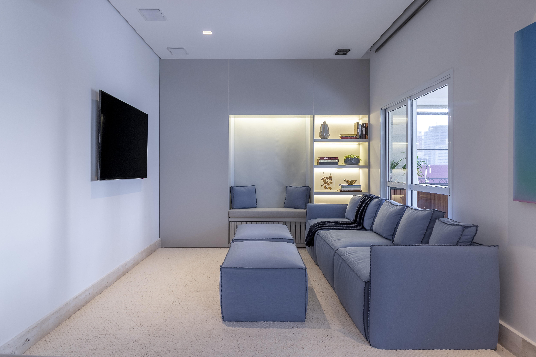 Sala de TV com sofá azul