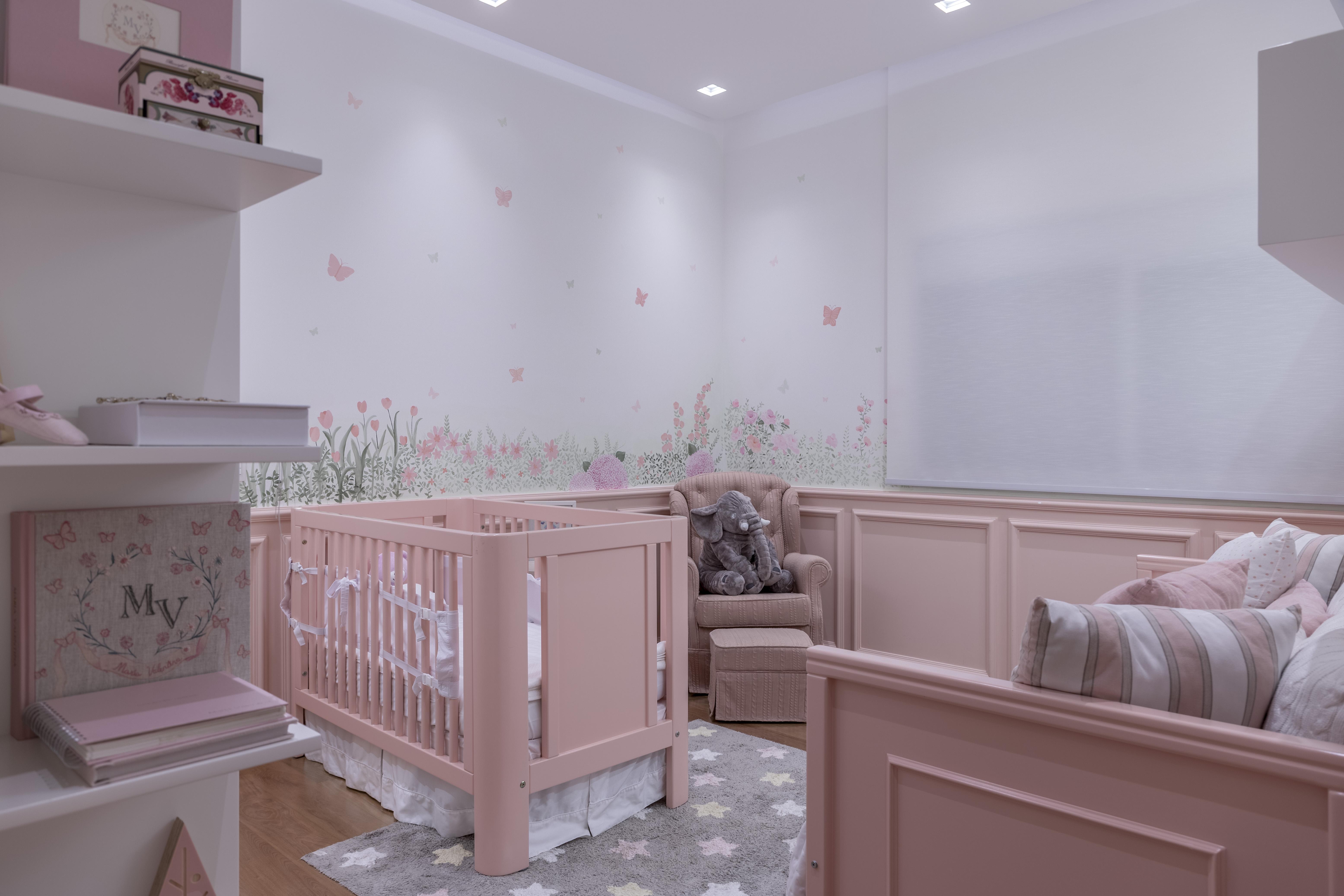 Quarto de bebê com móveis rosa