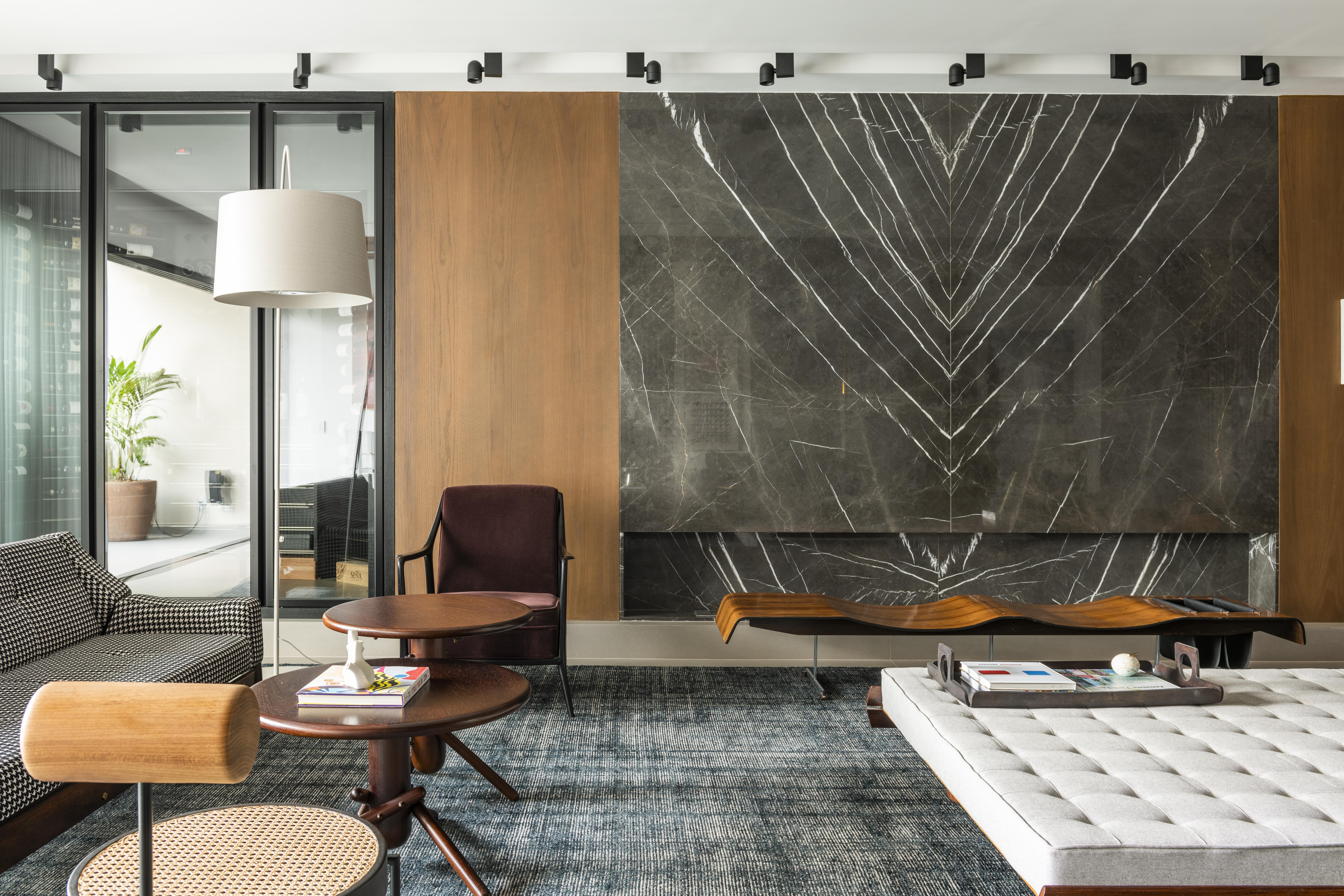 sala de estar com painel de mármore