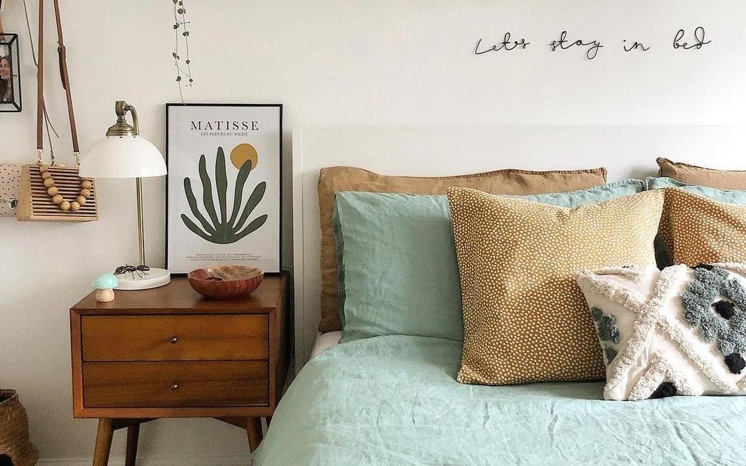 cama arrumada com travesseiros