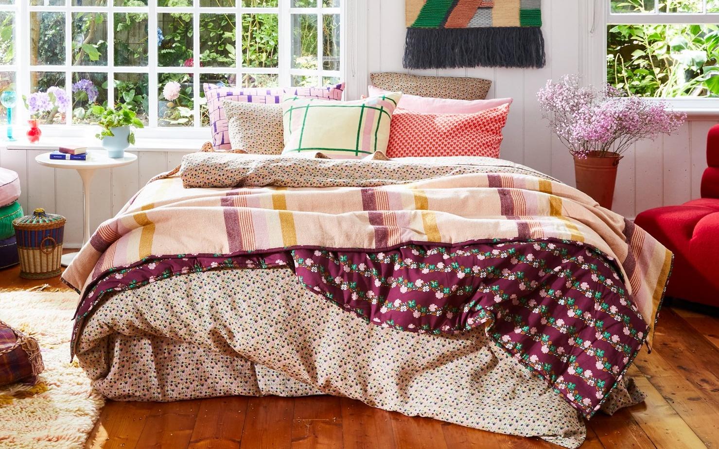 Cama com colchas e cobertores coloridos