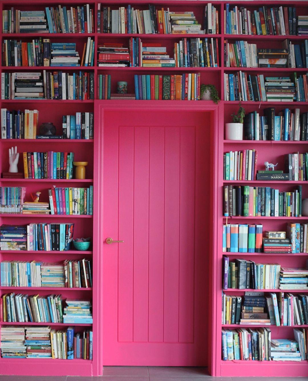 estante de livros cor de rosa
