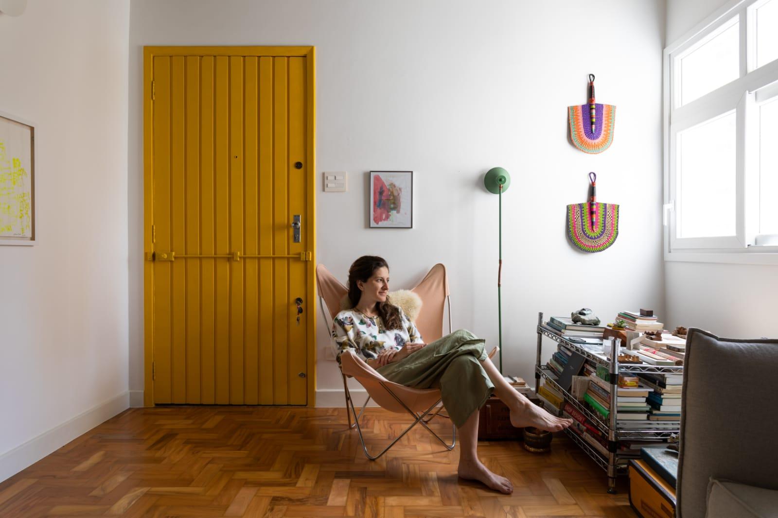 A arquiteta Helena Camargo em seu apartamento, em São Paulo