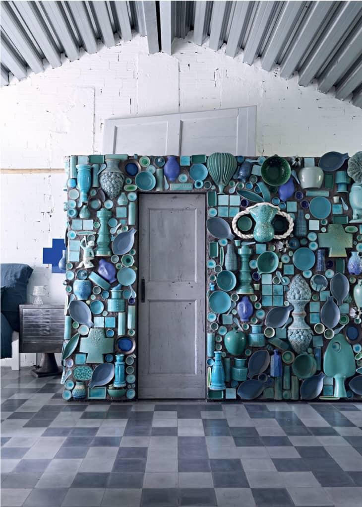 parede decorada com louças