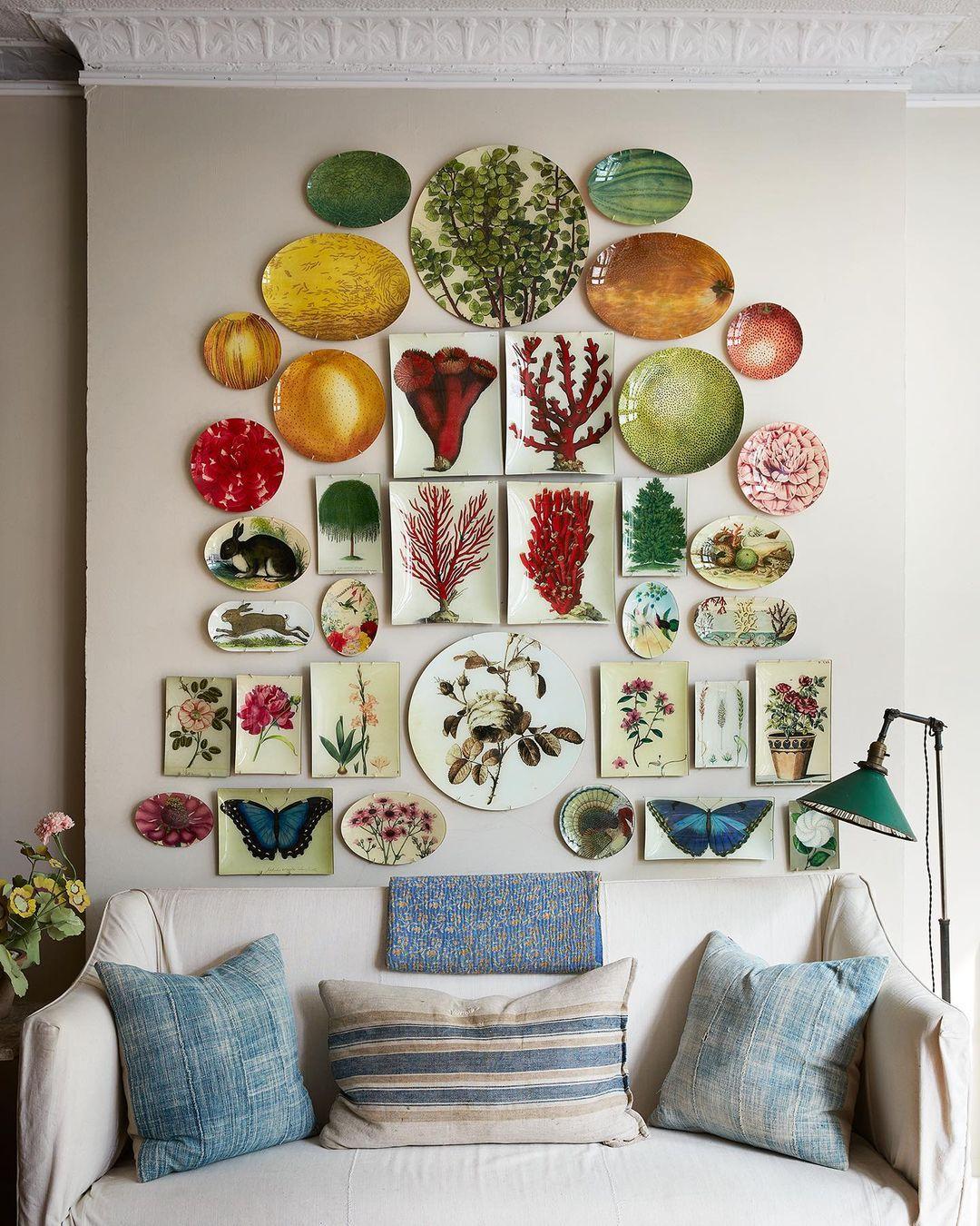 parede decorada com objetos