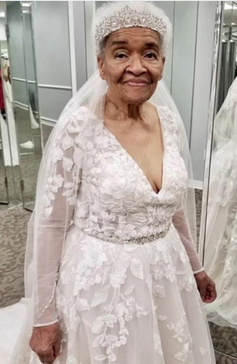 Uma senhora negra de 94 anos vestida de noiva.