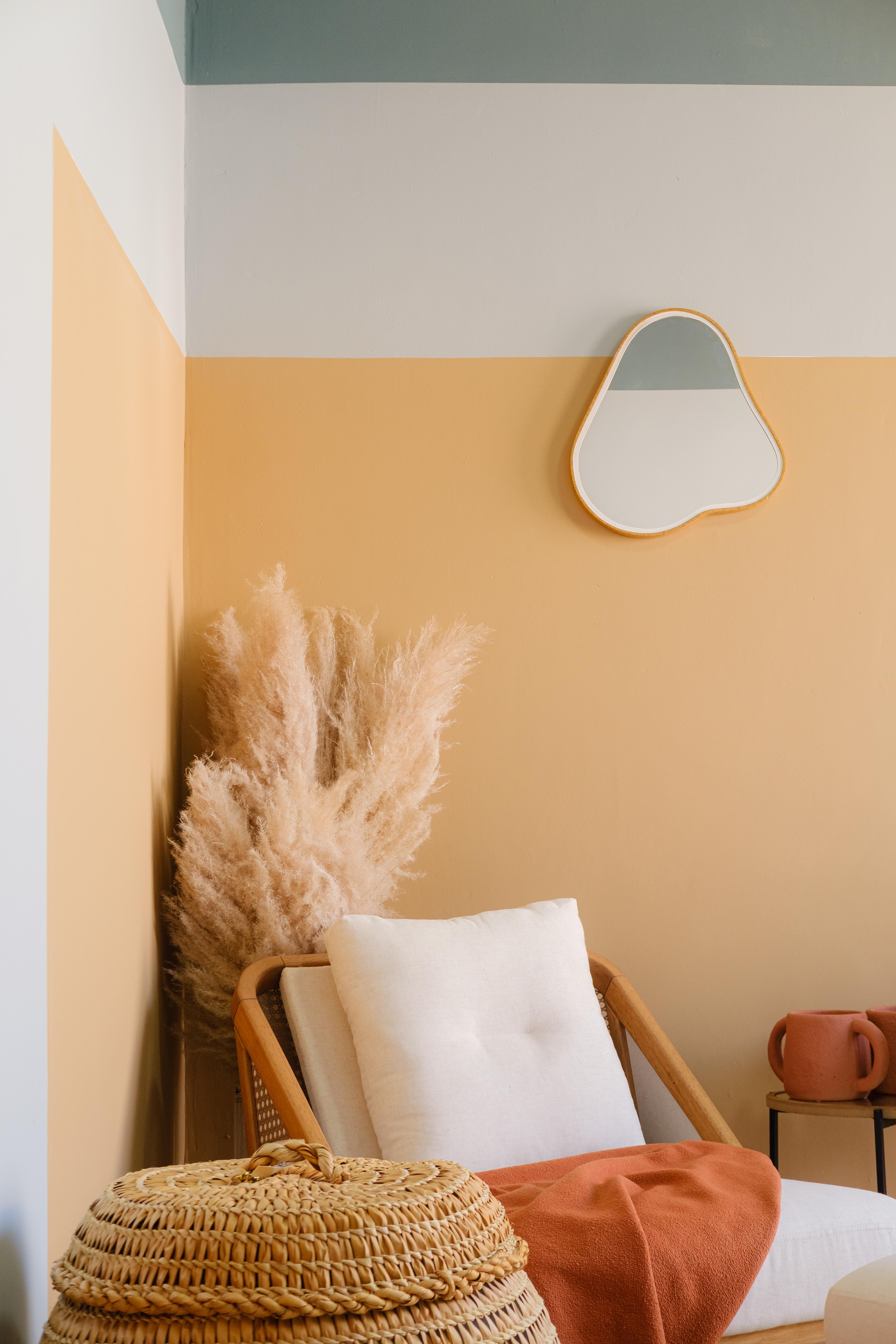 Sala pintada com a cor amarela