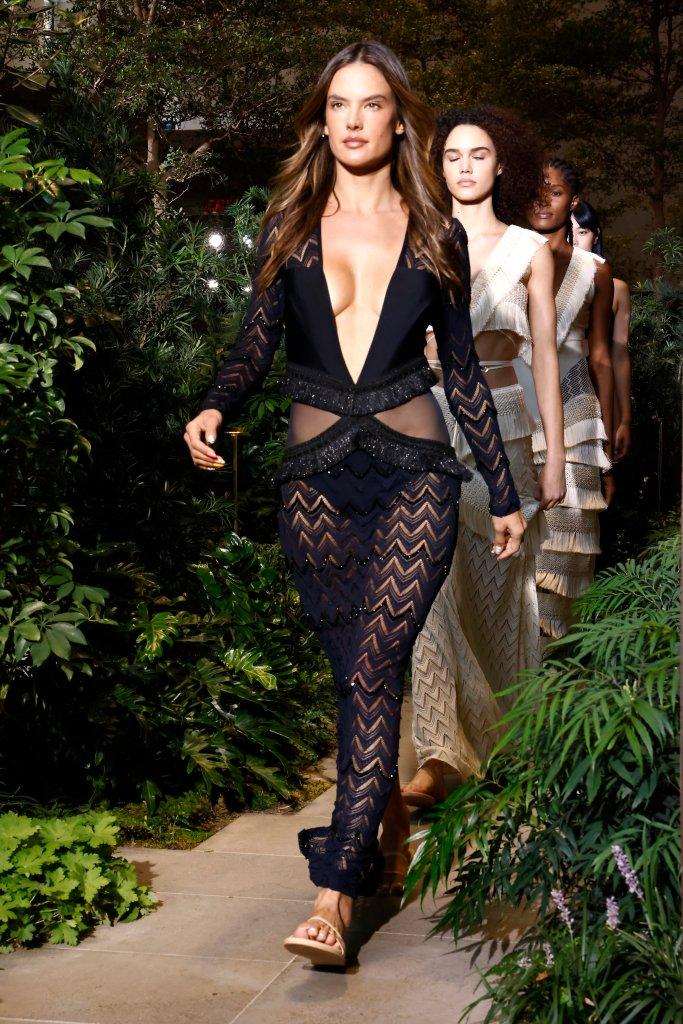 Modelo desfilando com vestido preto