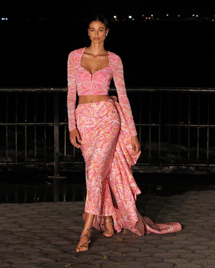 Modelo de look todo rosa