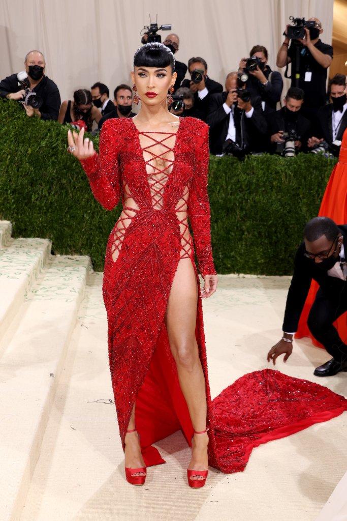 Megan Fox com um look vermelho decotado