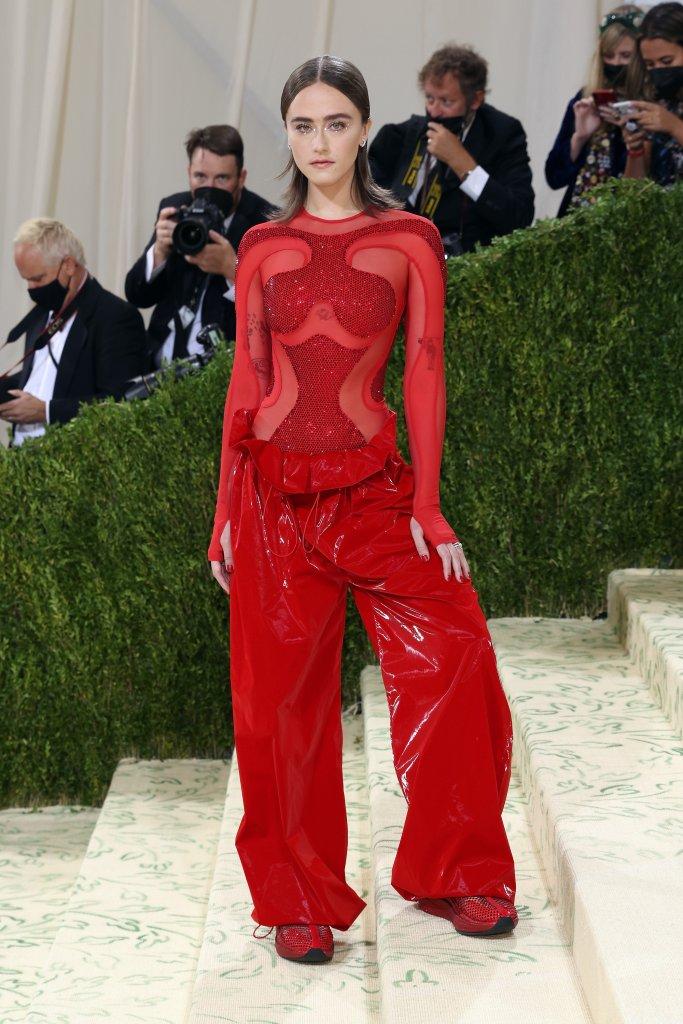 Look vermelho com calça e tênis no Met Gala 2021