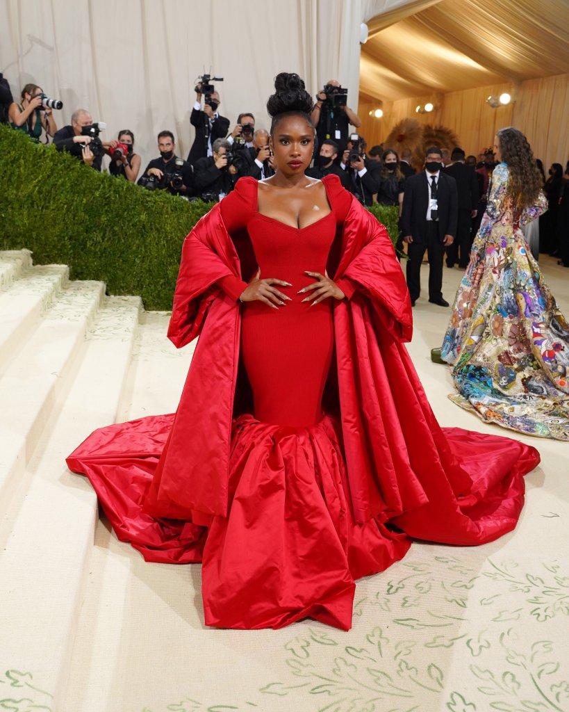 Look volumoso vermelho no Met Gala 2021