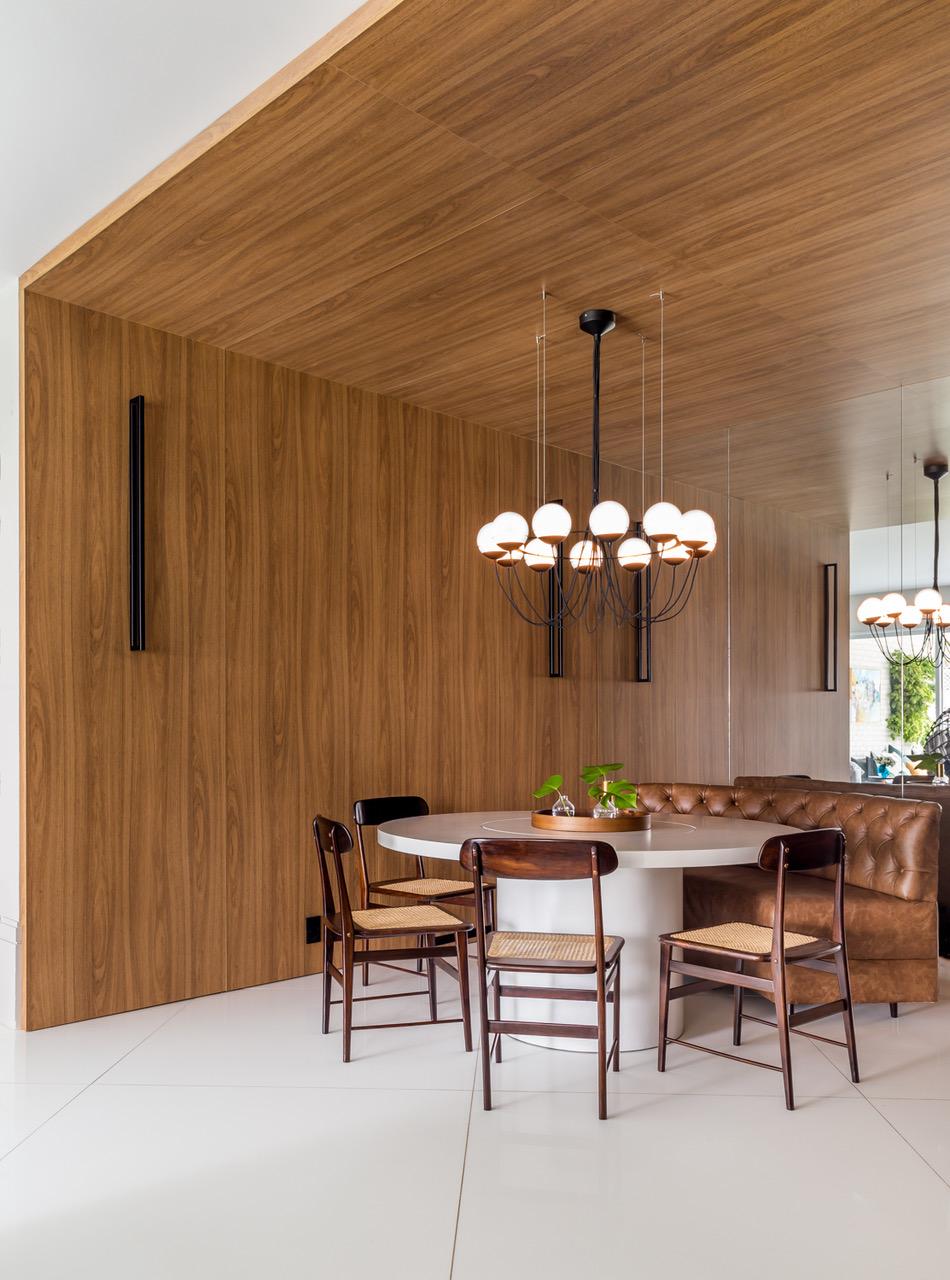 sala de jantar com painel de madeira