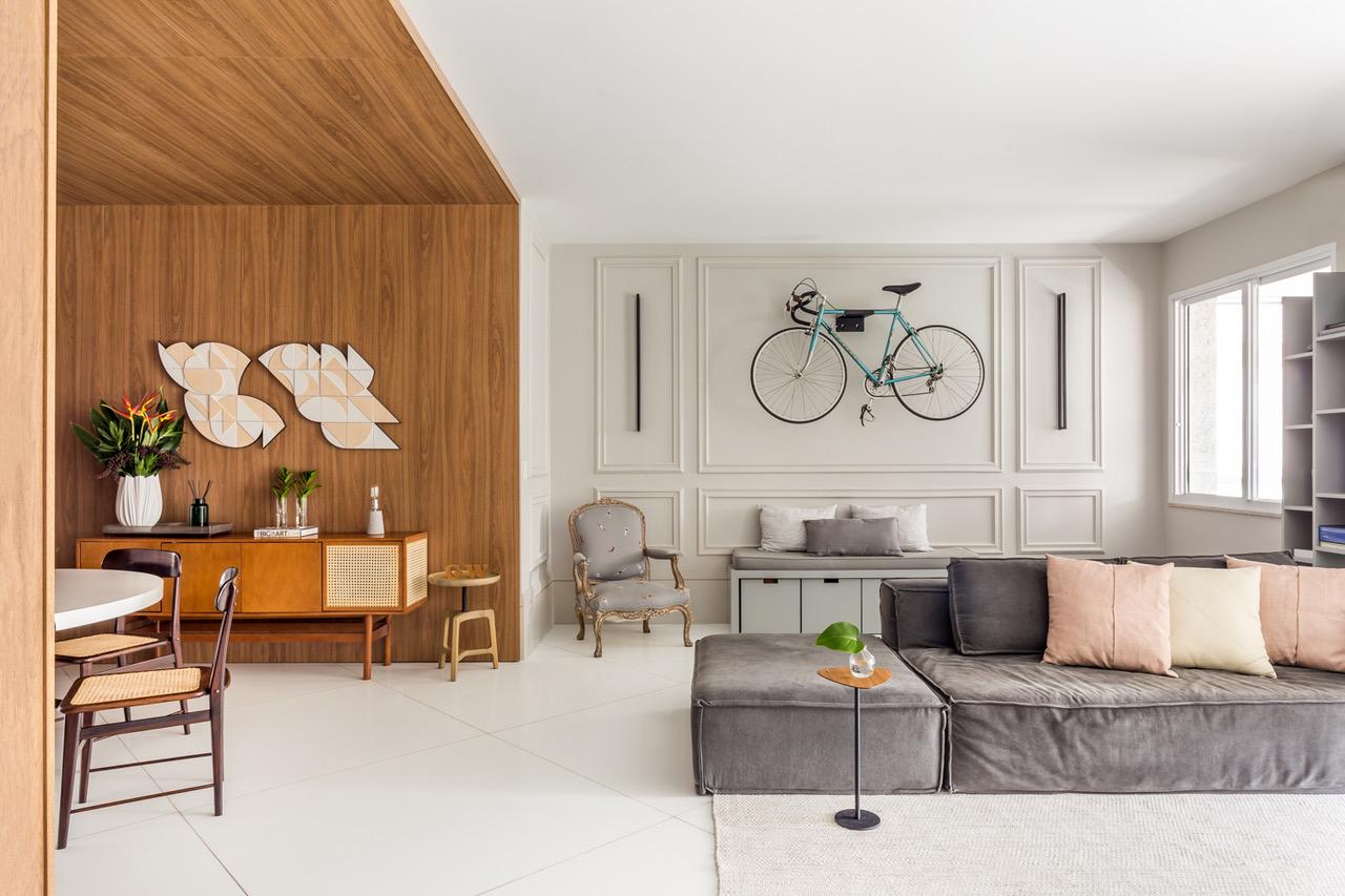 sala de estar com sofá cinza
