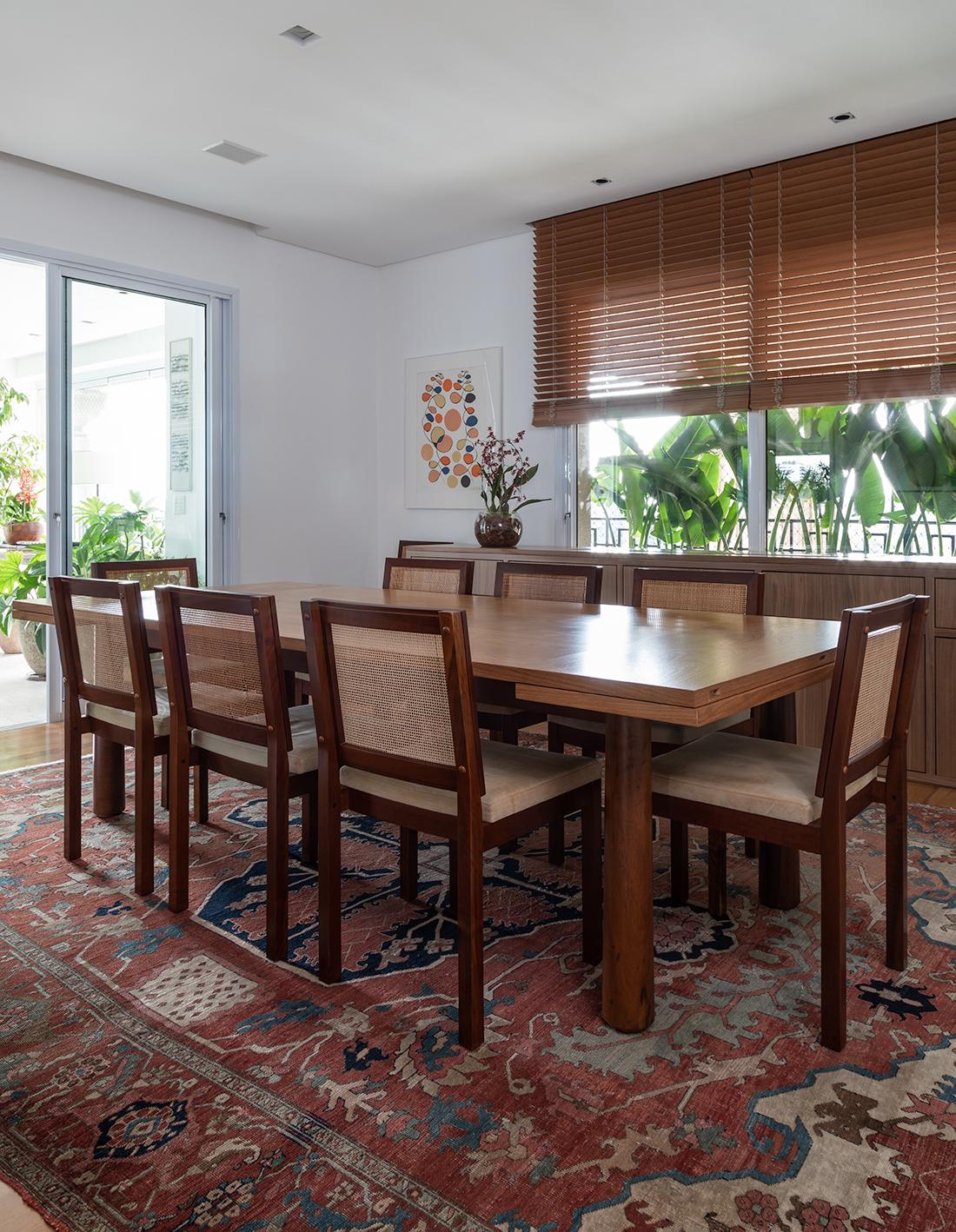 sala de jantar com mesa e cadeiras de madeira