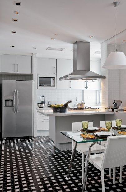 Cozinha de Lídia Pachikoski, projeto do designer de interiores Roberto Negrete.