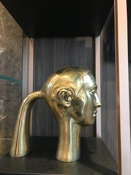 Escultura de Florian Raiss exposta no ambiente da arquiteta Denise Barreto.