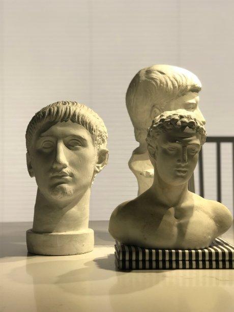 Esculturas decoram o ambiente do arquiteto Leo Shehtman.