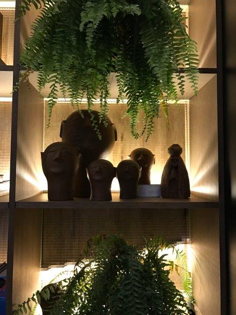 Esculturas expostas no ambiente da dupla Moacir e Salvio Jr.