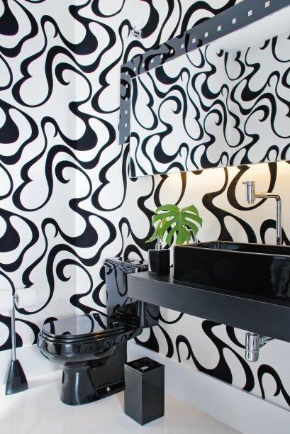 Lavabo com Papel de parede de veludo Eco Velvet, da Wallcovering.