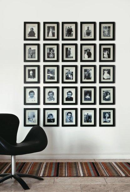 Parede com fotografias da família da dona do apartamento, projetado pela arquiteta Tereza Simões.