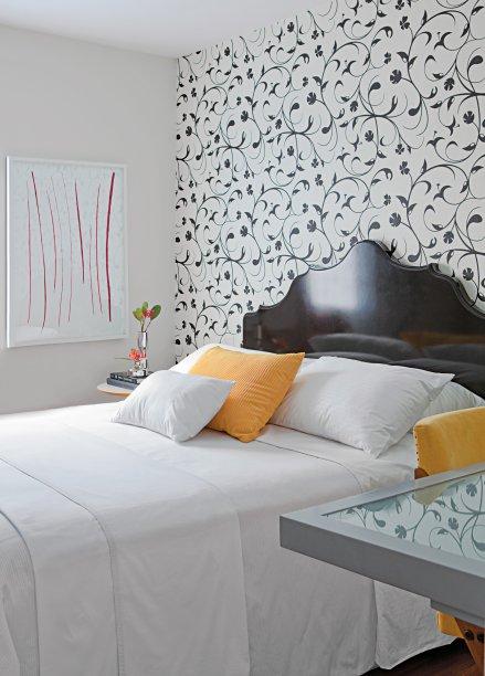Quarto projetado pela arquiteta Daniella Martini da Proa Arquitetura. Roupa de cama, Ari Beraldin; cadeira, Loja Teo e acessórios, Benedixt.