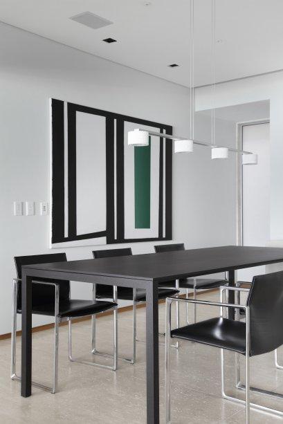 Sala de jantar de apartamento em Ipanema, com tela de Almicar de Castro ao fundo, planejado pelo arquiteto André Piva.