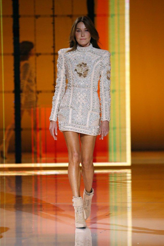 Carla Bruni na passarela do Paris Fashion Week